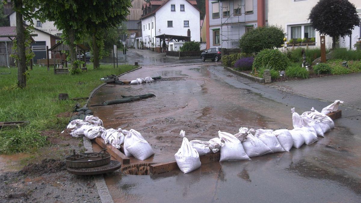 Die Feuerwehr leitete das Wasser soweit möglich in die Kanalisation.