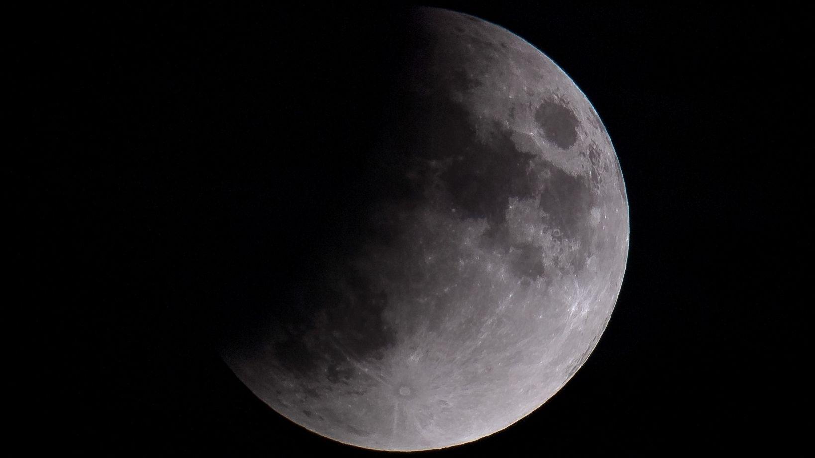 München: Der Mond ist während einer partiellen Mondfinsternis zu sehen.