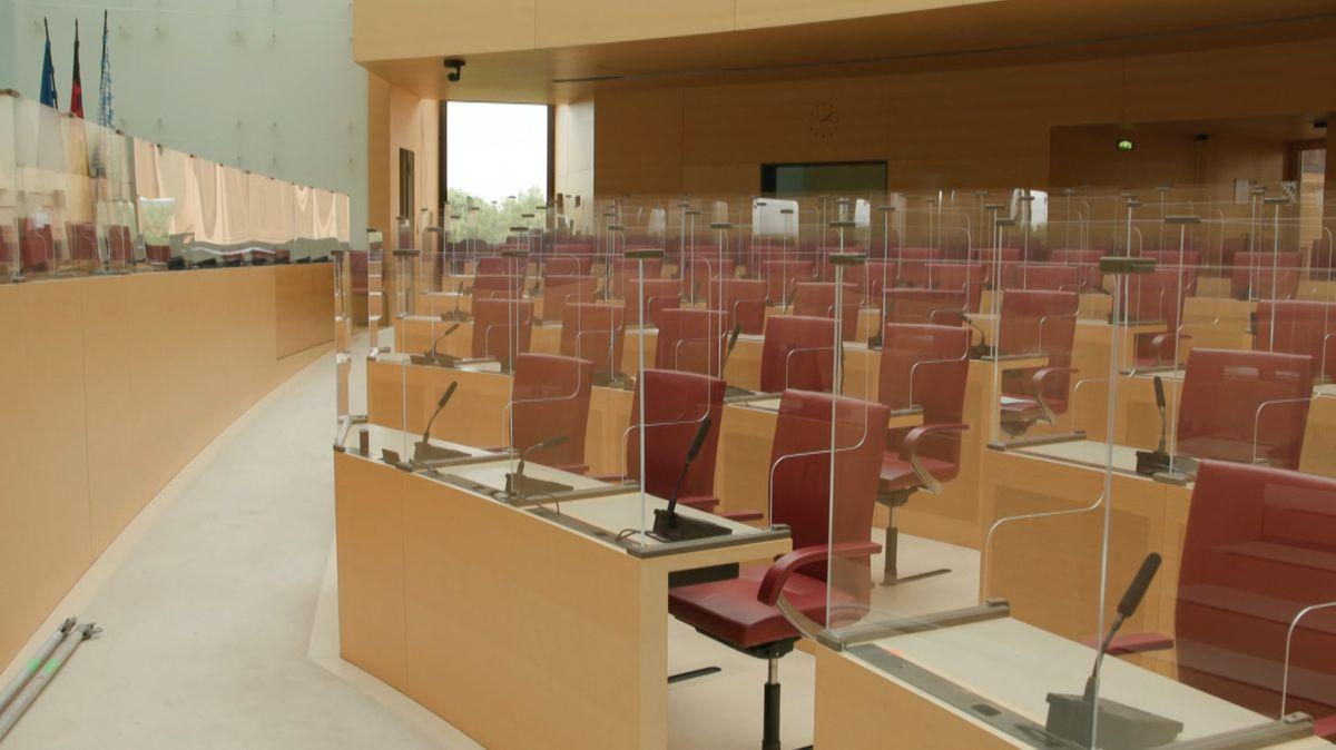 Leerer Plenarsaal im bayerischen Landtag
