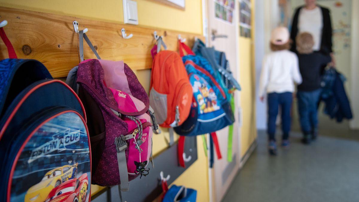 Rucksäcke mehrerer Kinder im Kindergarten