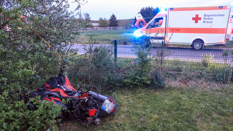 Unfall in Frensdorf: Das Motorrad wurde in einen Garten geschleudert.