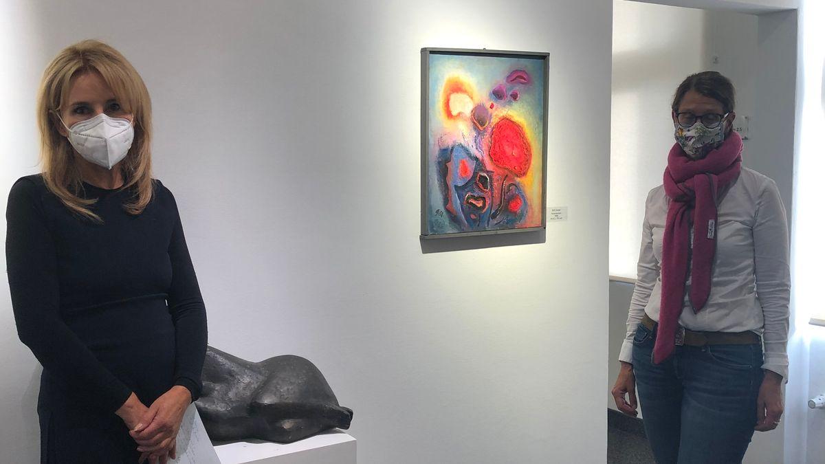 Die Kuratorinnen Ingrid Fricke und Ute Gladigau haben 135 Kunstwerke zusammengetragen.
