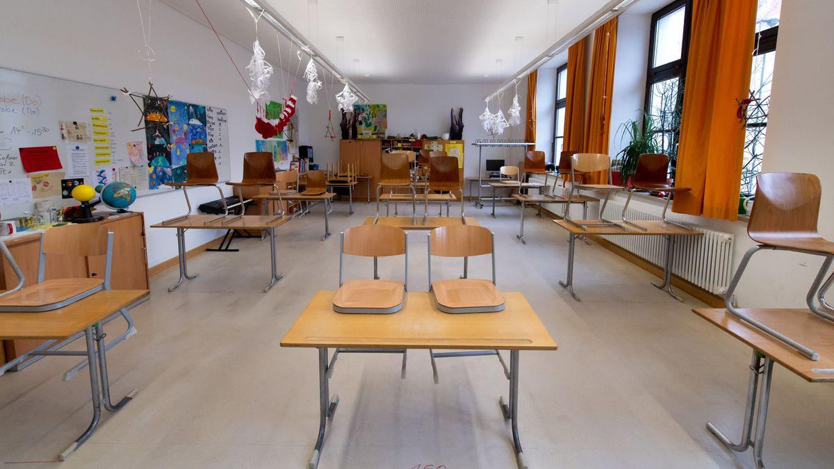 Ein leeres Klassenzimmer in einer Mittelschule