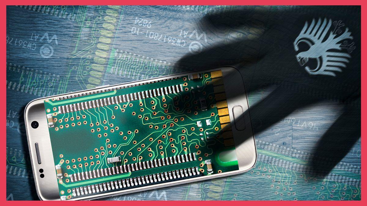 Eine Schattenhand gekennzeichnet mit dem deutschen Bundesadler greift nach dem Innenleben eines Smartphones.