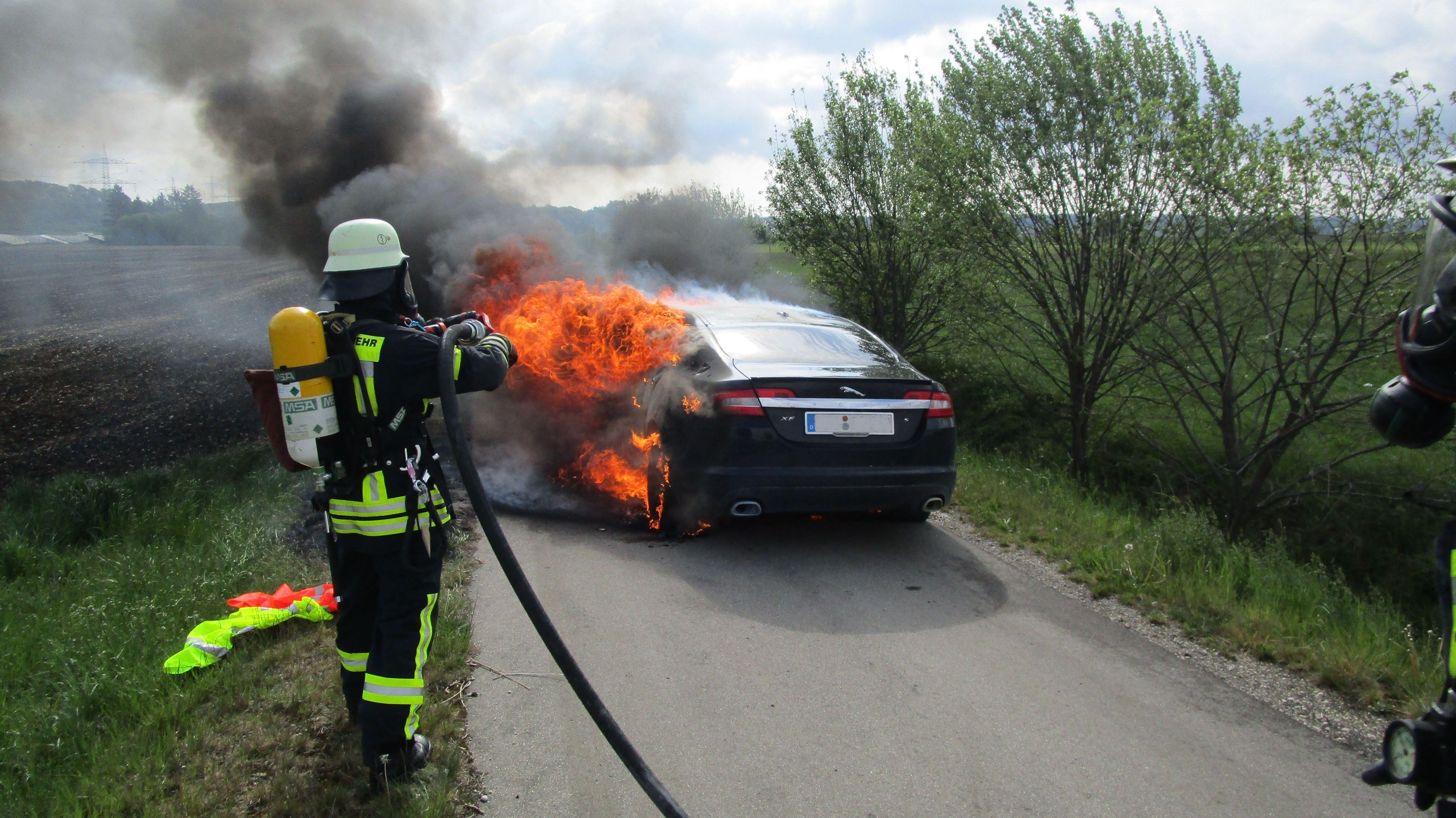 Ein brennender Jaguar auf einem Weg unweit der A8-Autobahnausfahrt Friedberg