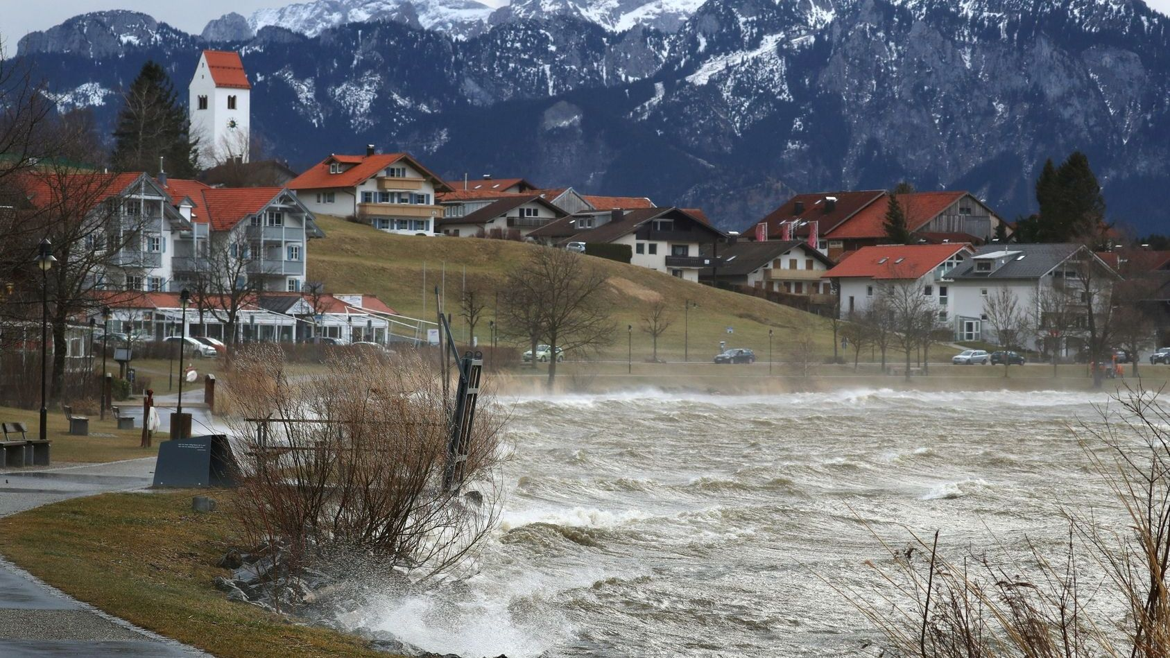 Der vom Sturm aufgewühlte Hopfensee bei Füssen