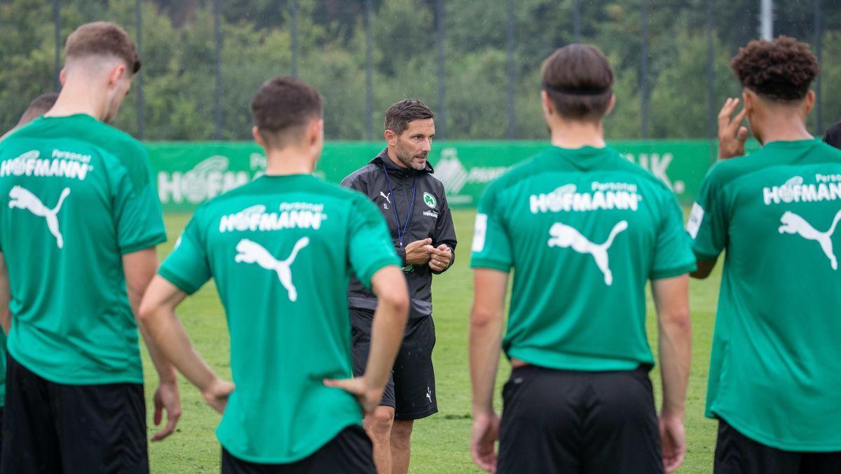Fürth-Trainer Stefan Leitl und einige Spieler beim Trainingsauftakt
