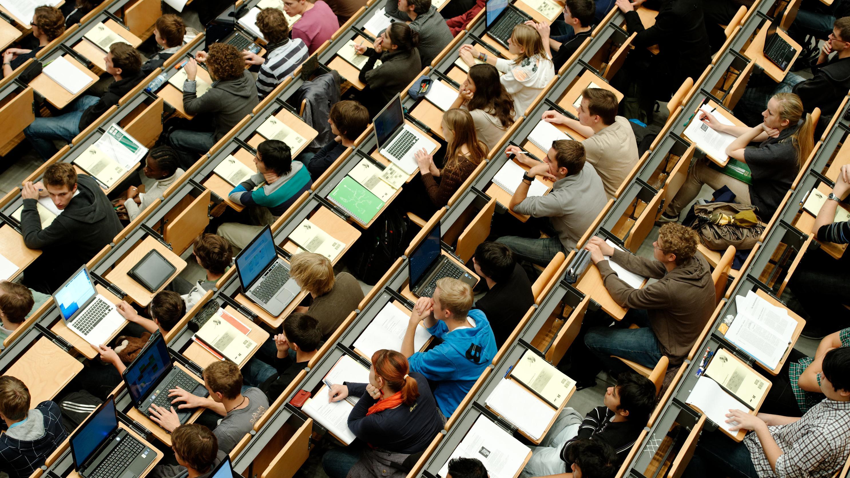 Studenten im großen Hörsaal der Technischen Universität München (Archivbild)
