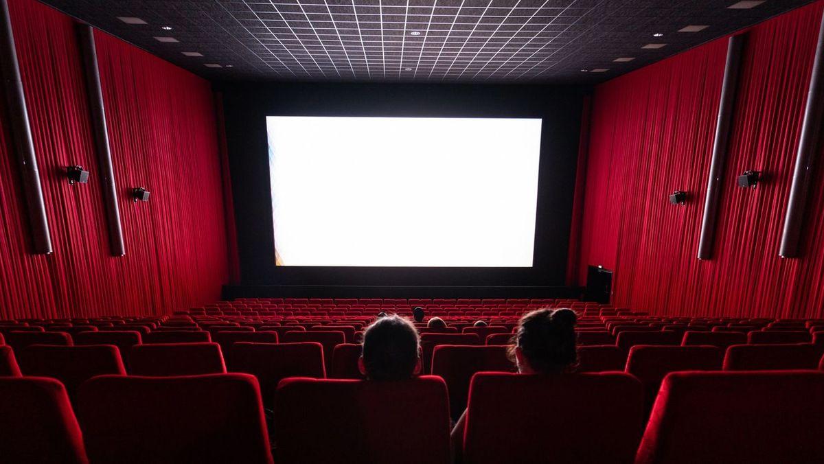 Ein fast leerer Kinosaal