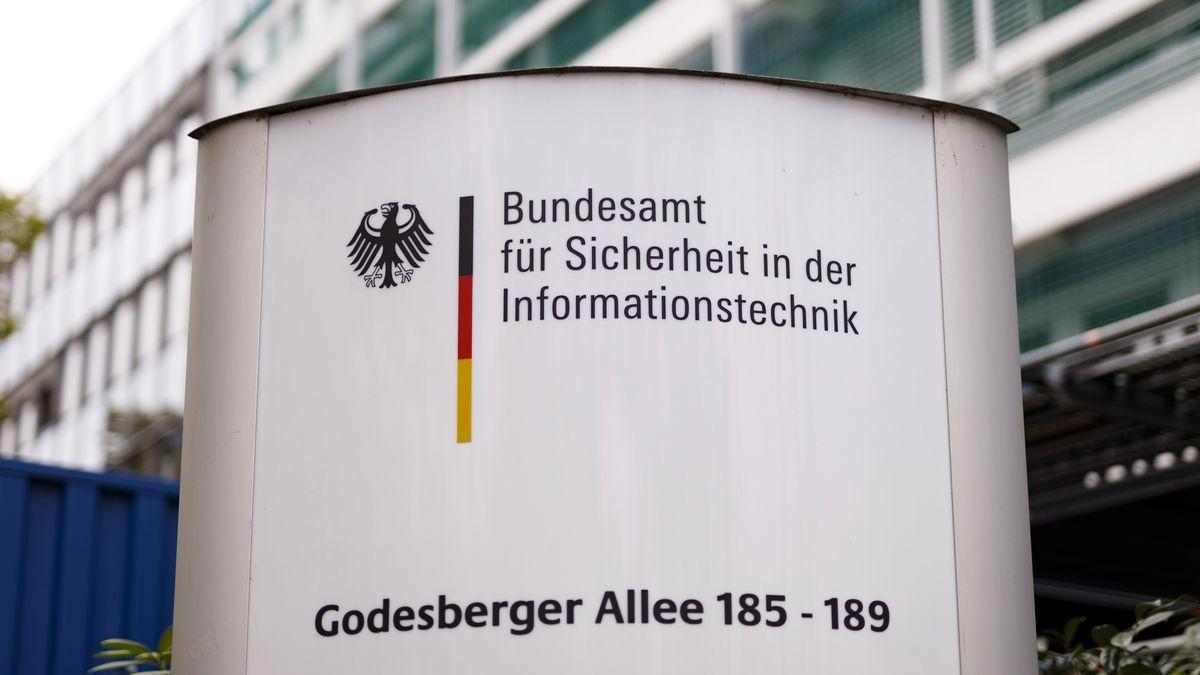 Schild vor der Zentrale des Bundesamtes für Sicherheit in der Informationstechnik