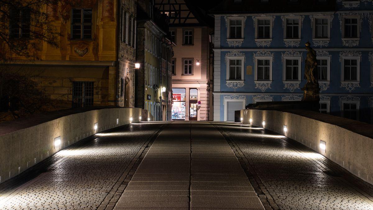 Die als Treffpunkt beliebte Untere Brücke in der Bamberger Innenstadt soll nach Verstößen gegen geltende Corona-Regeln ab 17 Uhr gesperrt werden.