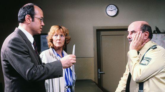 """Jörg Hube, Veronika Fitz und Walter Sedlmayr (v.l.)  in der Serie """"Polizeiinspektion 1"""", die zwischen 1977 und 1988 gedreht wurde."""