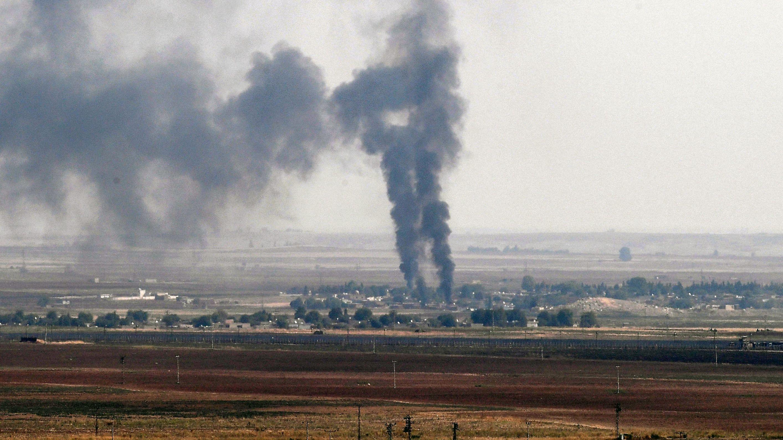 Rauchsäulen über der nord-syrischen Stadt Ras al Ain nach einem einem Angriff der türkischen Armee.