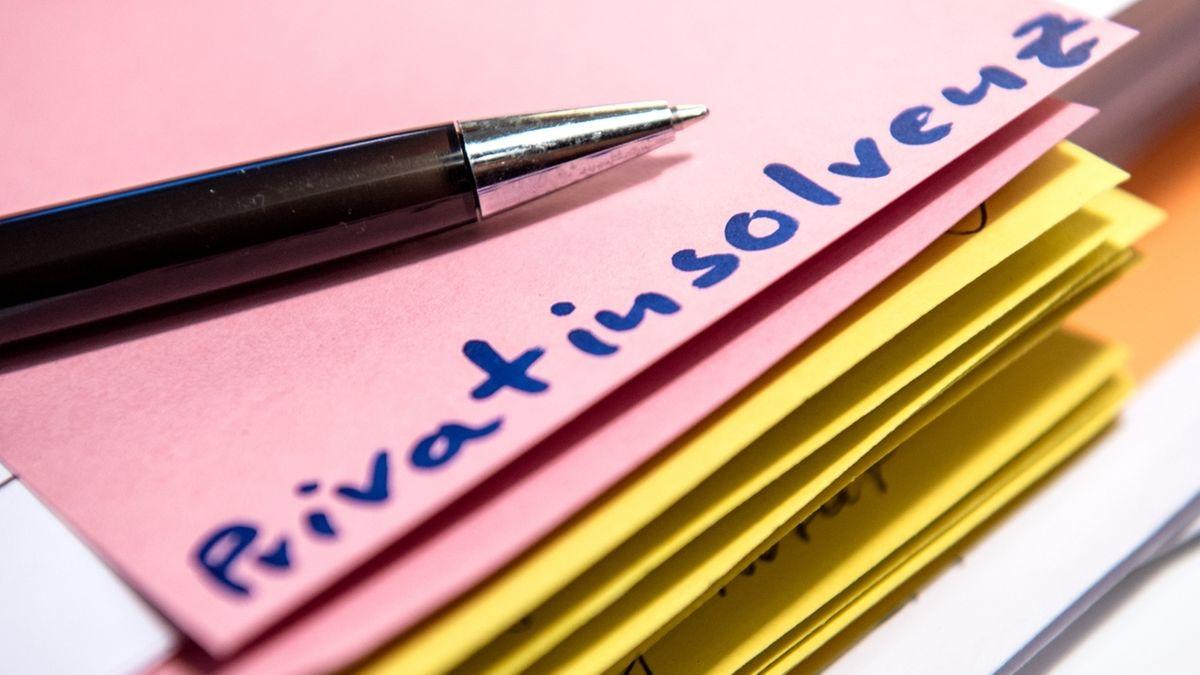 """Auf einem Notizzettel steht das Wort """"Privatinsolvenz"""""""