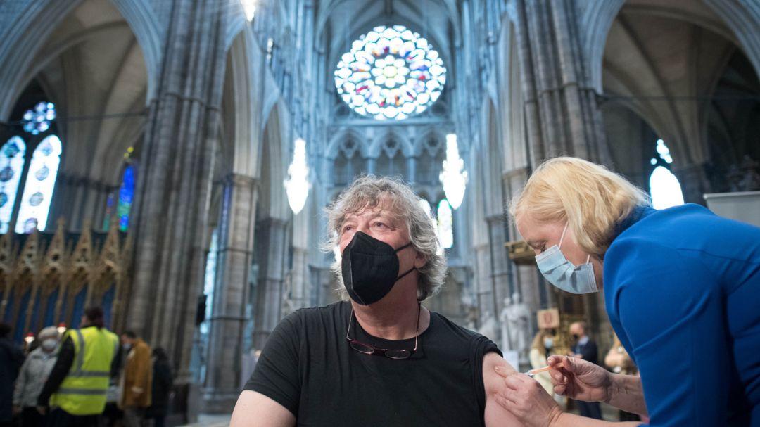 London: Stephen Fry, Schauspieler und Schriftsteller aus Großbritannien, wird in der Kirche Westminster Abbey gegen Corona geimpft.