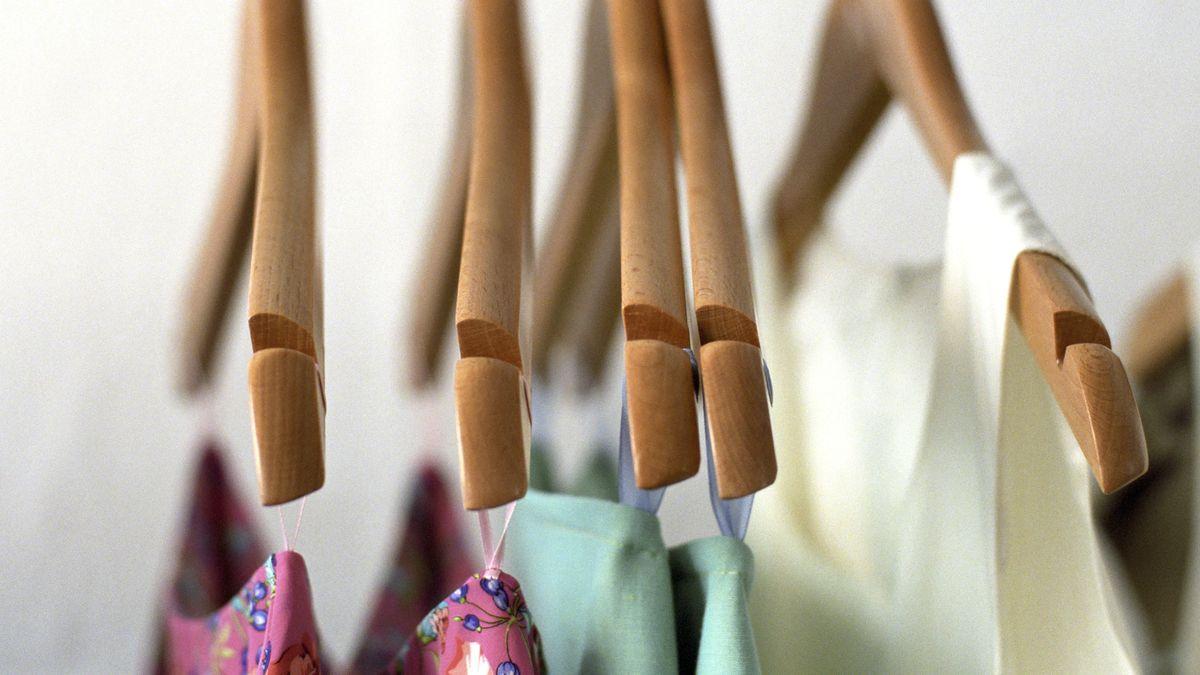 Damenkleidung über Bügeln