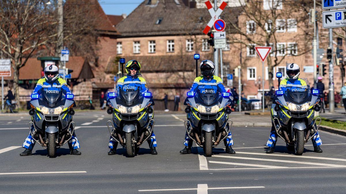 Vier Polizisten auf Motorrädern in Nürnberg.