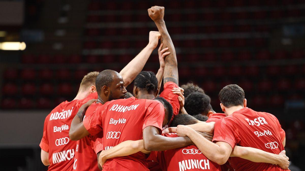 Einschwören auf Spiel fünf: die Basketballer des FC Bayern