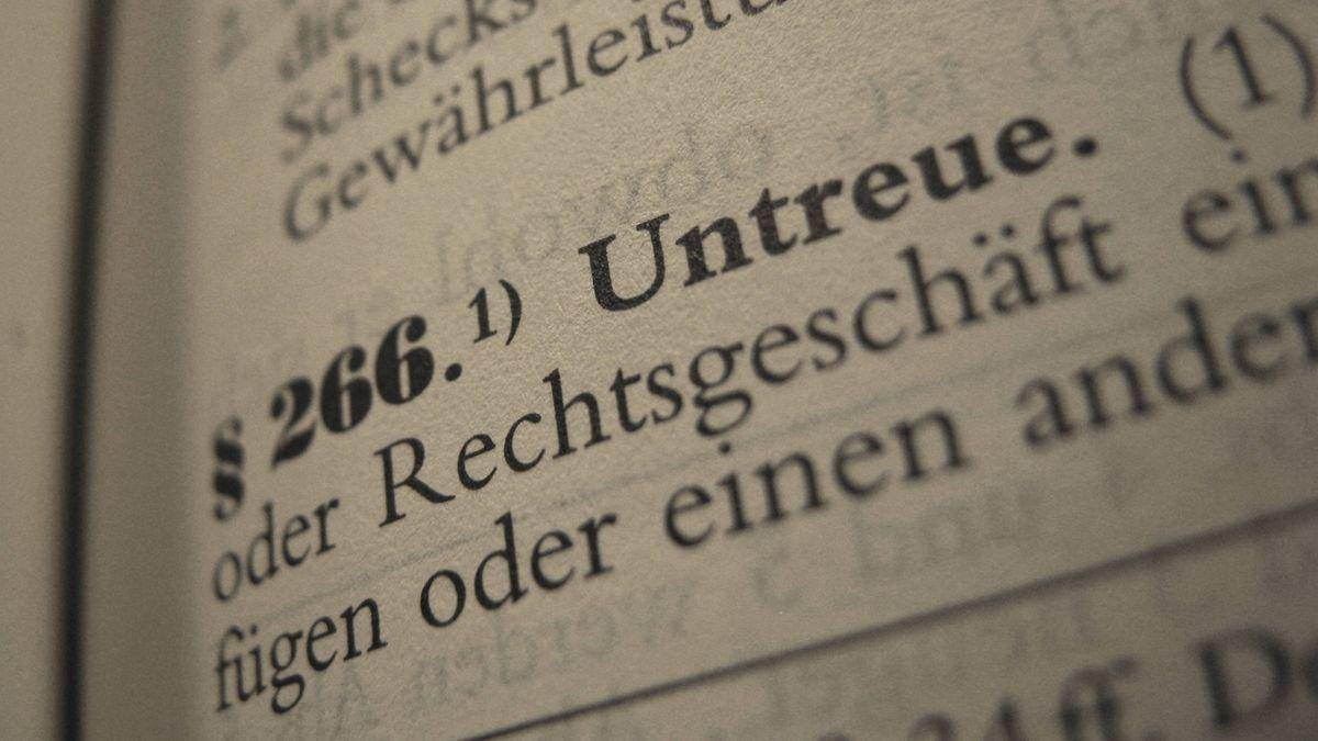 Symbolbild: Paragraph 266 Untreue als Schriftzug