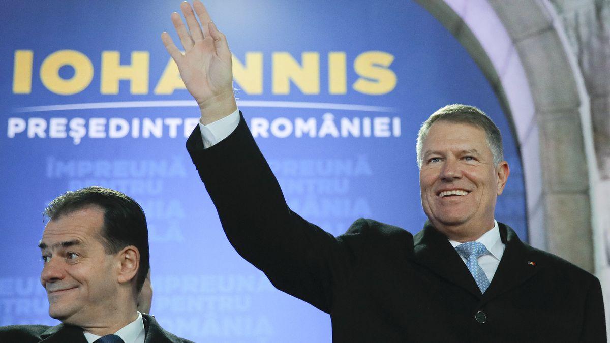 Klaus Iohannis (r), Präsident von Rumänien, winkt neben Ludovic Orban, Premierminister von Rumänien