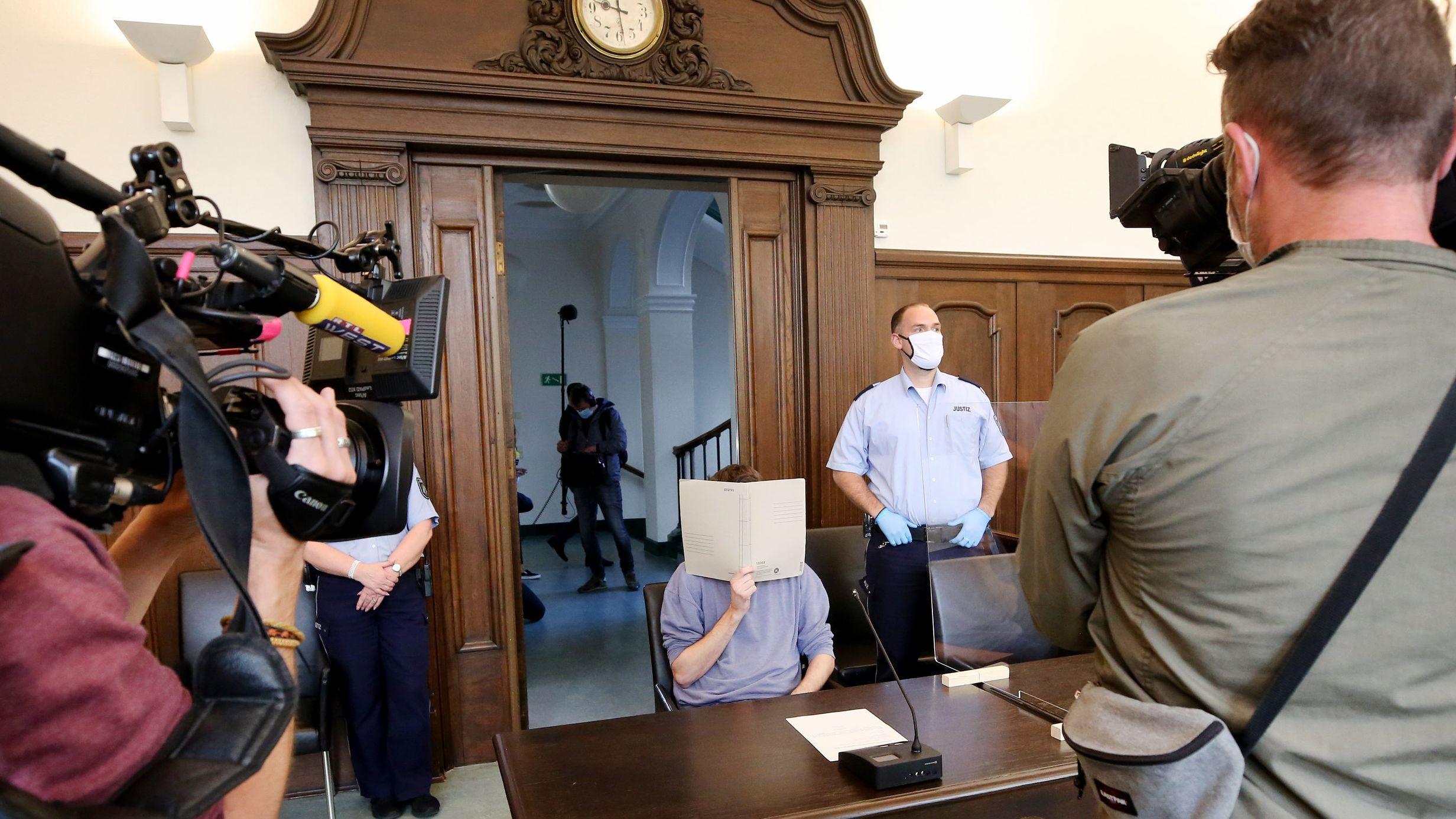 Der Angeklagte kurz vor der Urteilsverkündigung im Gericht.