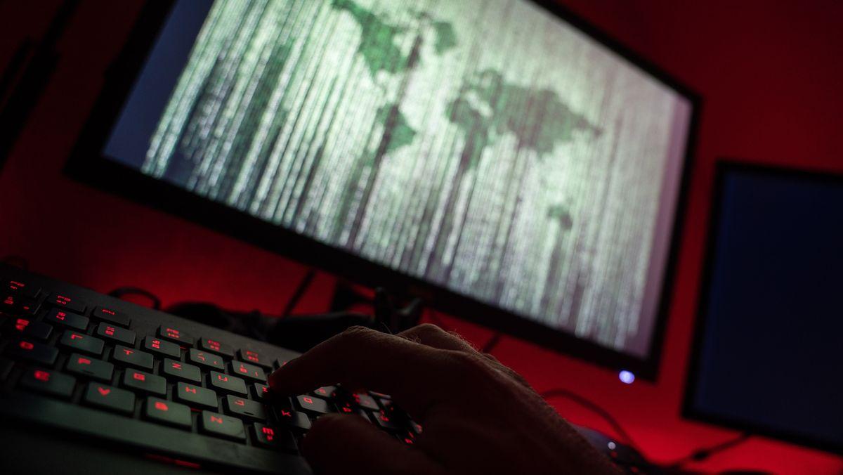 Ein Mensch sitzt am Rechner und tippt auf einer Tastatur. (Symbolbild)