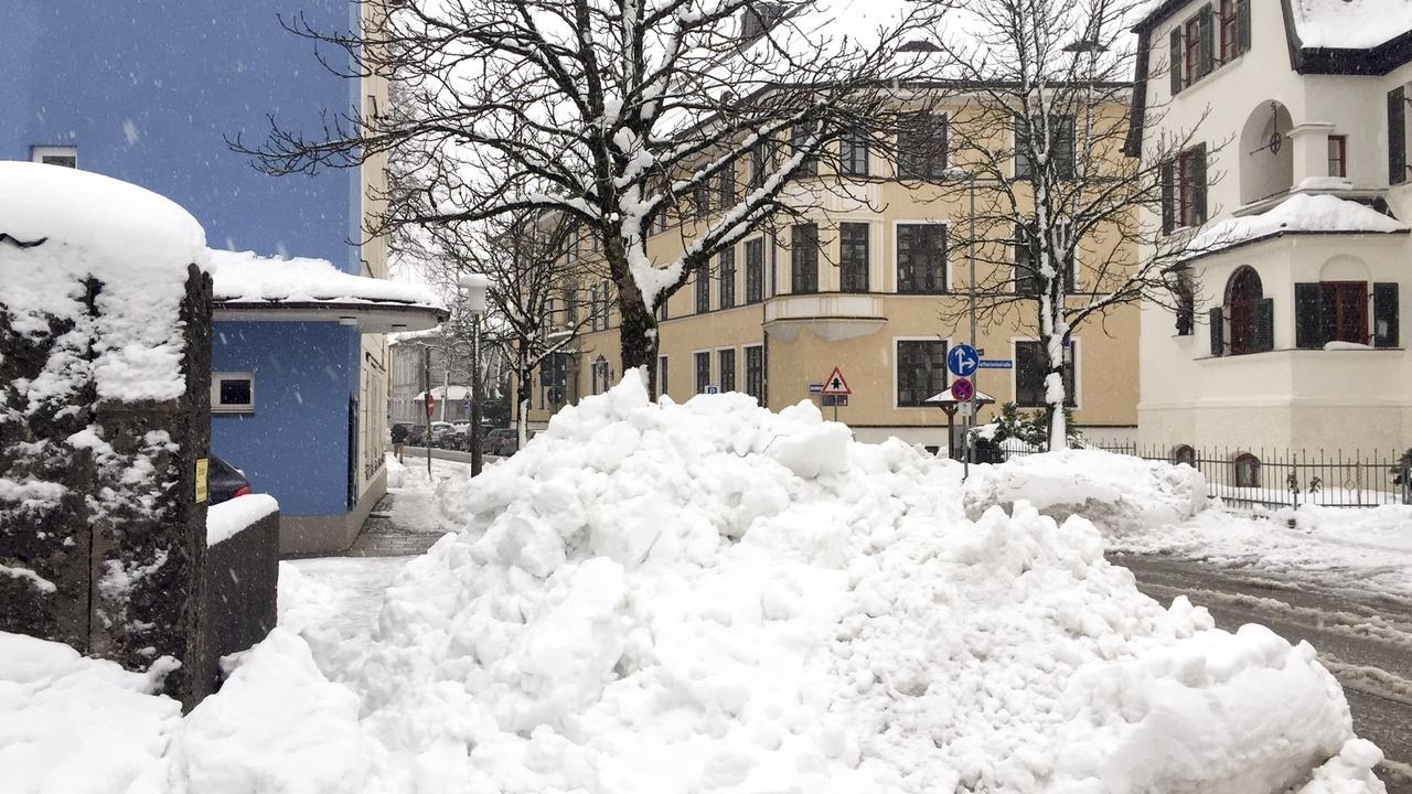 Der Straßenschnee wird von den Räumdiensten zu immer höheren Schneebergen zusammengekehrt