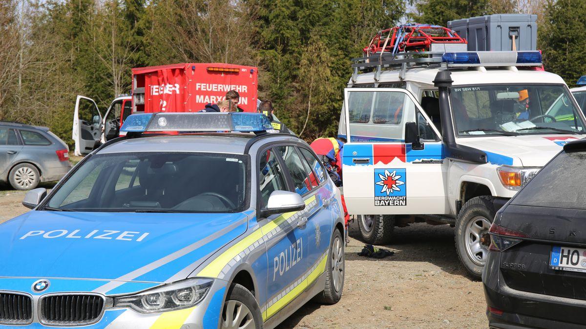 Bergwacht, Feuerwehr und Polizeifahrzeuge stehen am Einsatzort im Höllental