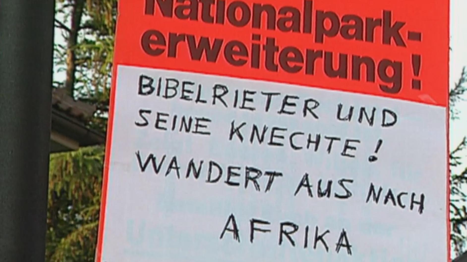 Ein Schild mit der Aufschrift: Nationalparkerweiterung: Bibelrieter und seine Knechte! Wandert aus nach Afrika