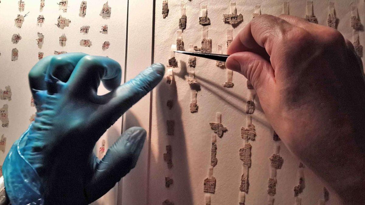 Die einzelnen Fragmente der Qumran-Rollen werden händisch wie ein Puzzle zusammengefügt.