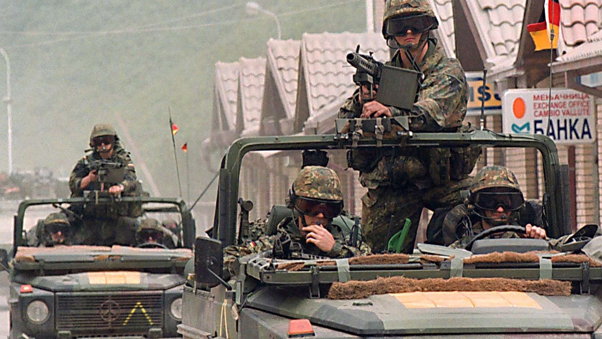 Ein Konvoi der Bundeswehr fährt durch den jugoslawischen Ort Djeneral Jankovic am 12.6.1999