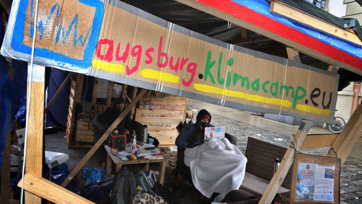 """Seit einem halben Jahr protestieren Aktivisten von """"Fridays for Future"""" mit einem Klimacamp vor dem Augsburger Rathaus."""