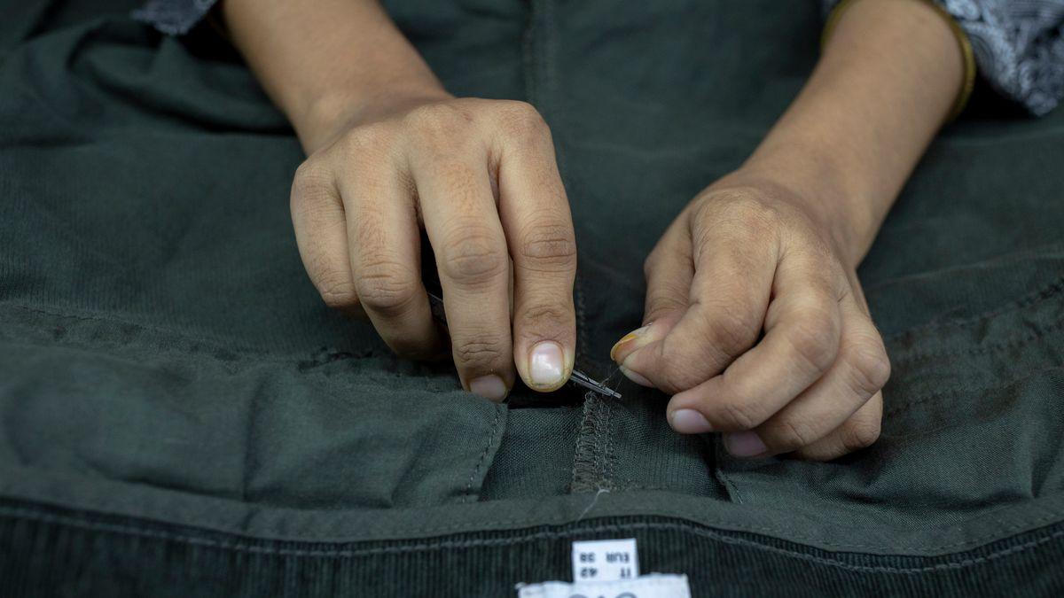 Eine Frau arbeitet in einer Textilfabrik