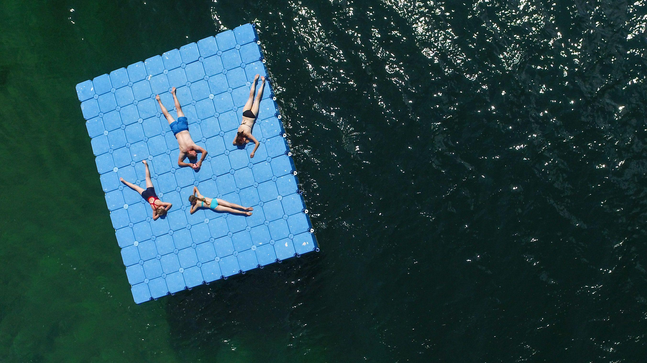 Eine Drohne fotografiert das Geschehen an einem Badesee aus der Luft