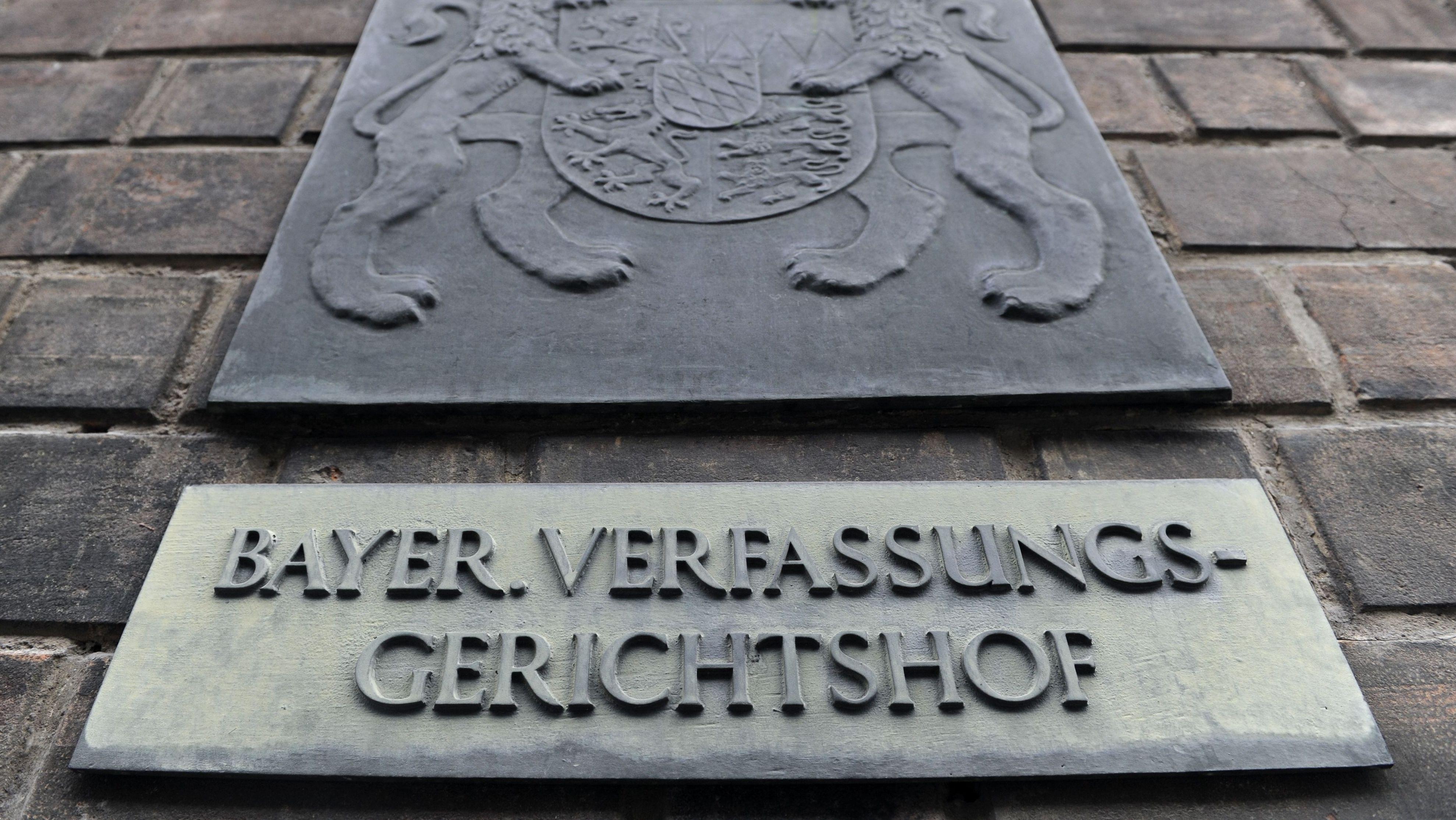 Ein Schild mit der Aufschrift Bayer. Verfassungsgerichtshof