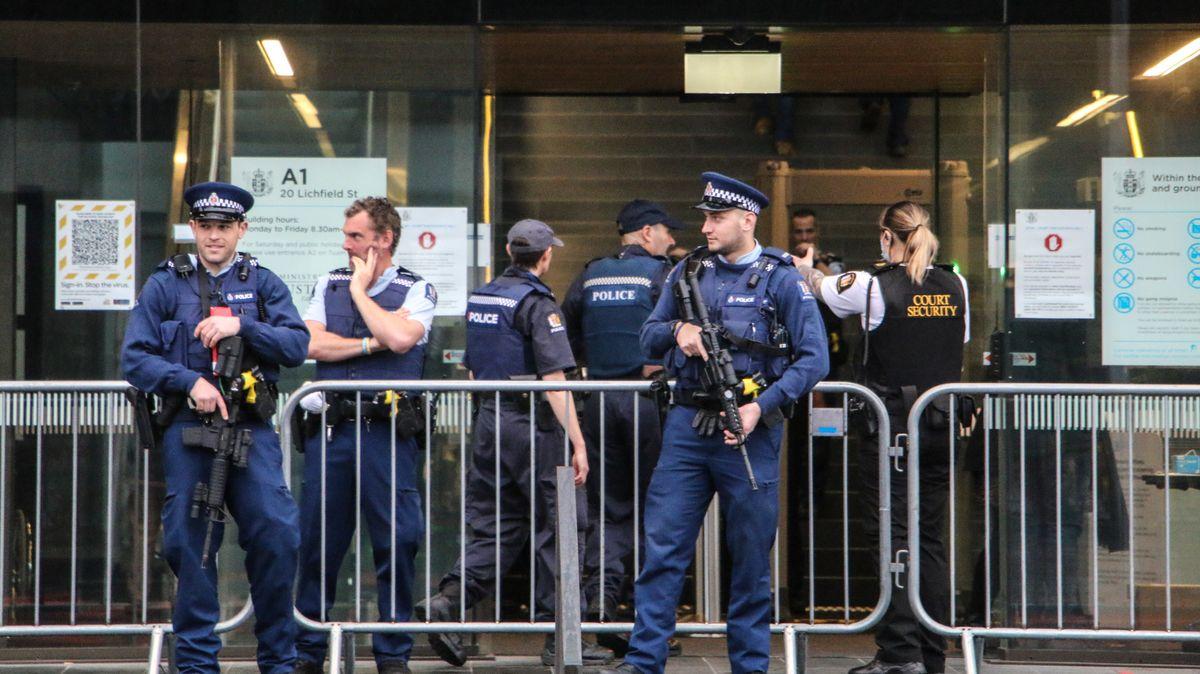 Bewaffnete Polizisten vor dem Gerichtsgebäude in Christchurch