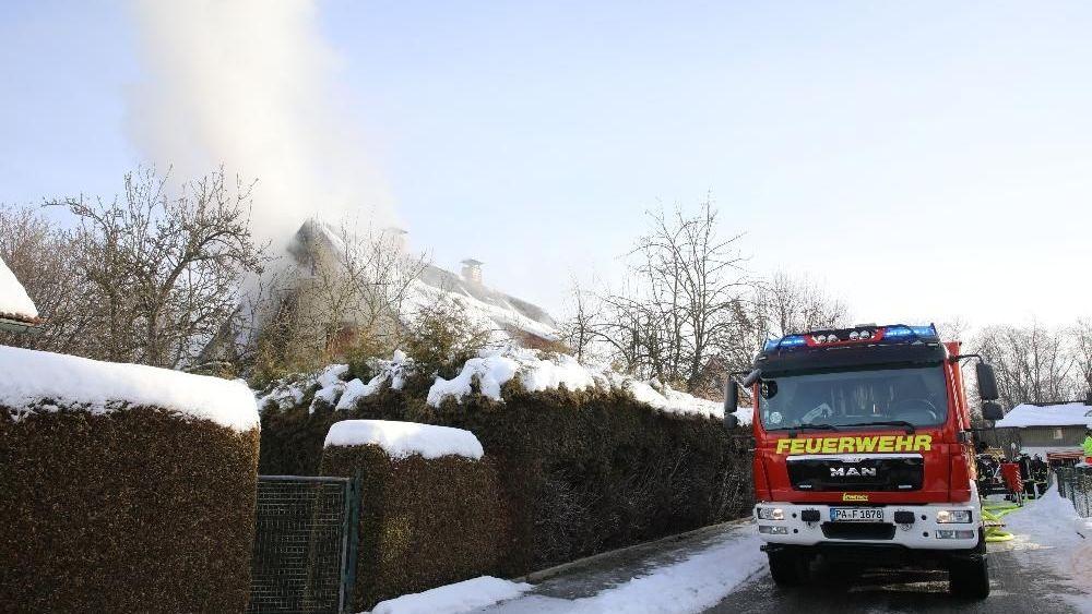 Die Feuerwehr steht vor dem rauchenden Wohnhaus im Westen von Passau