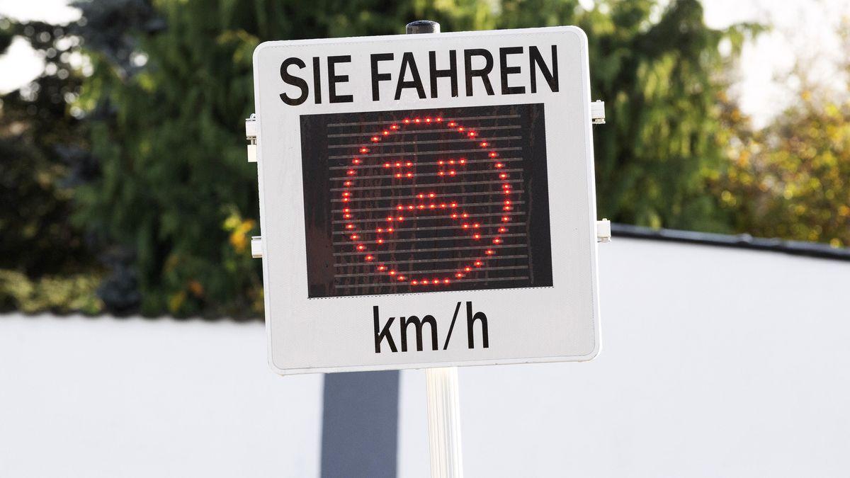 Ein Geschwindigkeitsanzeige mit einem traurigen Gesicht in rot