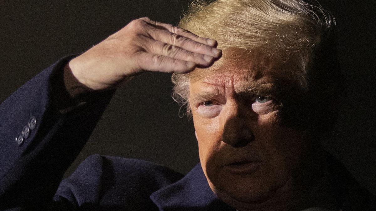 US-Präsident Donald Trump schützt seine Augen vor dem grellen Licht, während er mit Reportern spricht (Archivbild)
