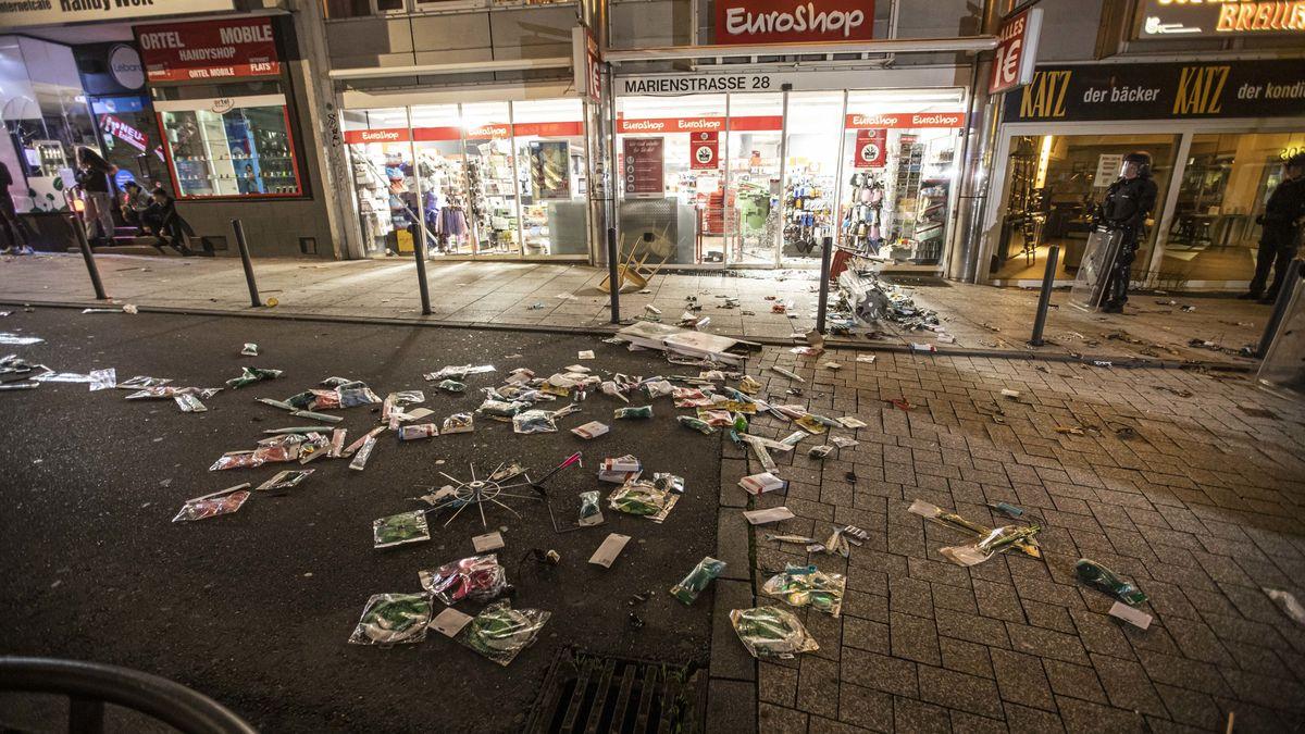 Gegenstände liegen vor einem geplünderten Geschäft in Stuttgart