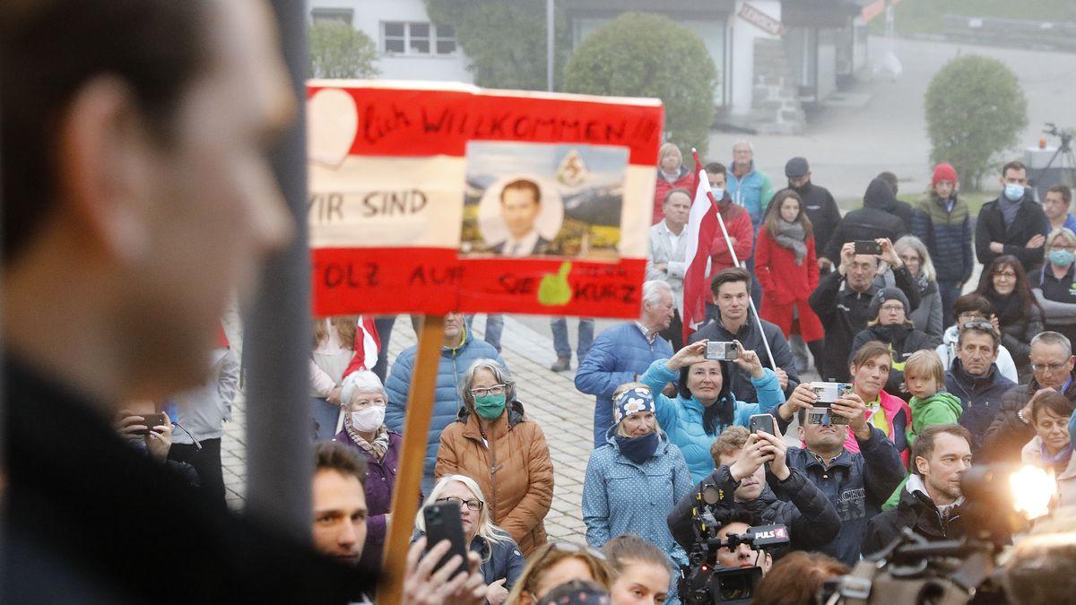 Sebastian Kurz (ÖVP,l), Bundeskanzler von Österreich, kommt zu einem Treffen anlässlich der bevorstehenden Grenzöffnung ins Kleinwalsertal.