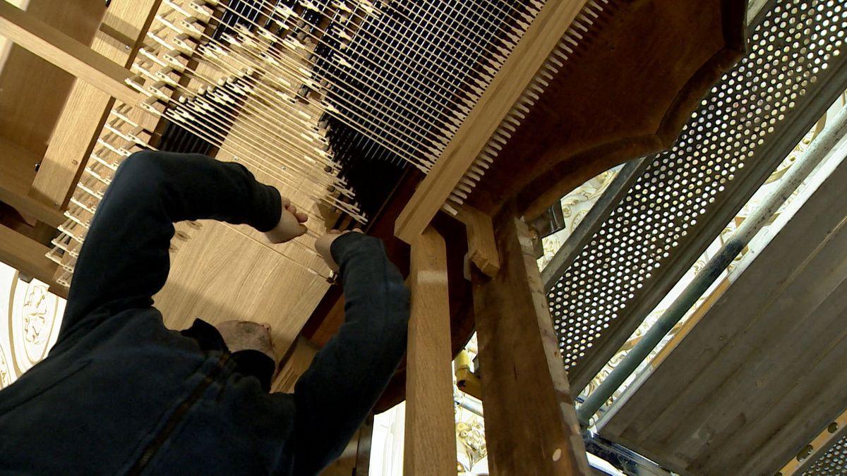 Ein Mann arbeitet an einer Orgel in der Basilika in Kempten