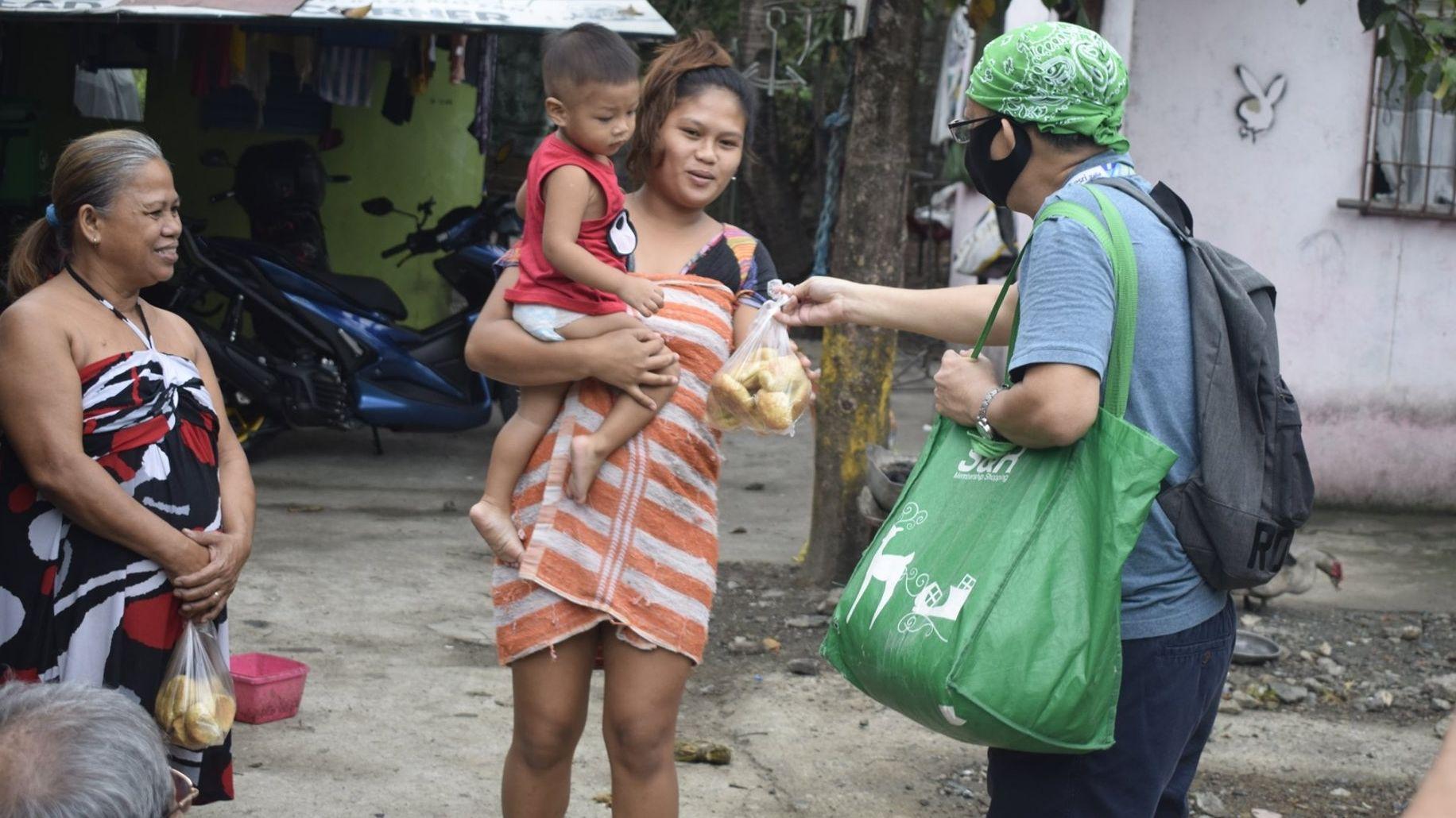 missio-Projektpartner Pater Danny Pilario verteilt Lebensmittelpakete auf den Philippinen