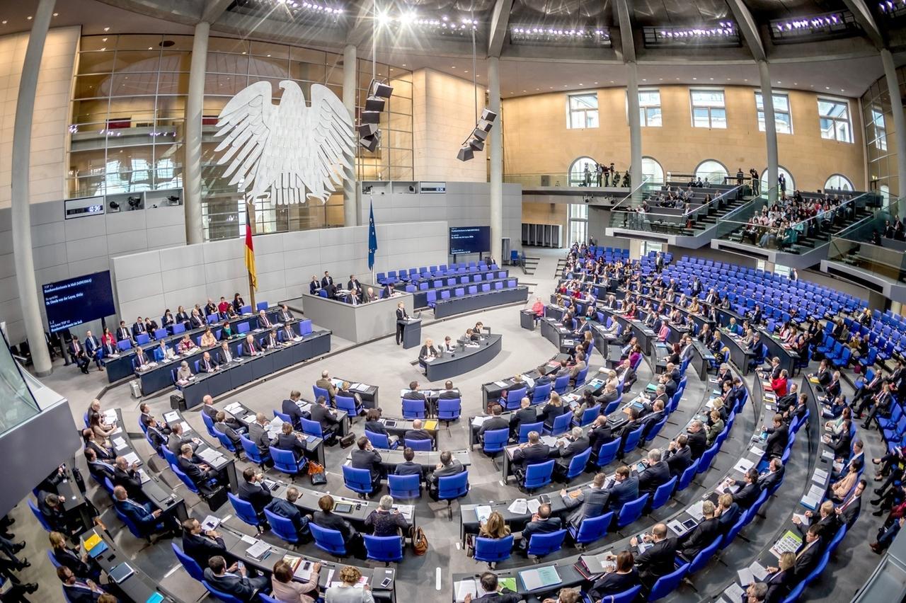 ARCHIV - 22.11.2017, Berlin: Die Übersicht zeigt den Plenarsaal während einer Sitzung des Deutschen Bundestages. Das Gremium befasst sich in erster Lesung mit der Änderung des Infektionsschutzgesetzes. Foto: Michael Kappeler/dpa +++ dpa-Bildfunk +++