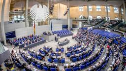 ARCHIV - 22.11.2017, Berlin: Die Übersicht zeigt den Plenarsaal während einer Sitzung des Deutschen Bundestages. Das Gremium befasst sich in erster Lesung mit der Änderung des Infektionsschutzgesetzes. Foto: Michael Kappeler/dpa +++ dpa-Bildfunk +++ | Bild:dpa-Bildfunk/Michael Kappeler