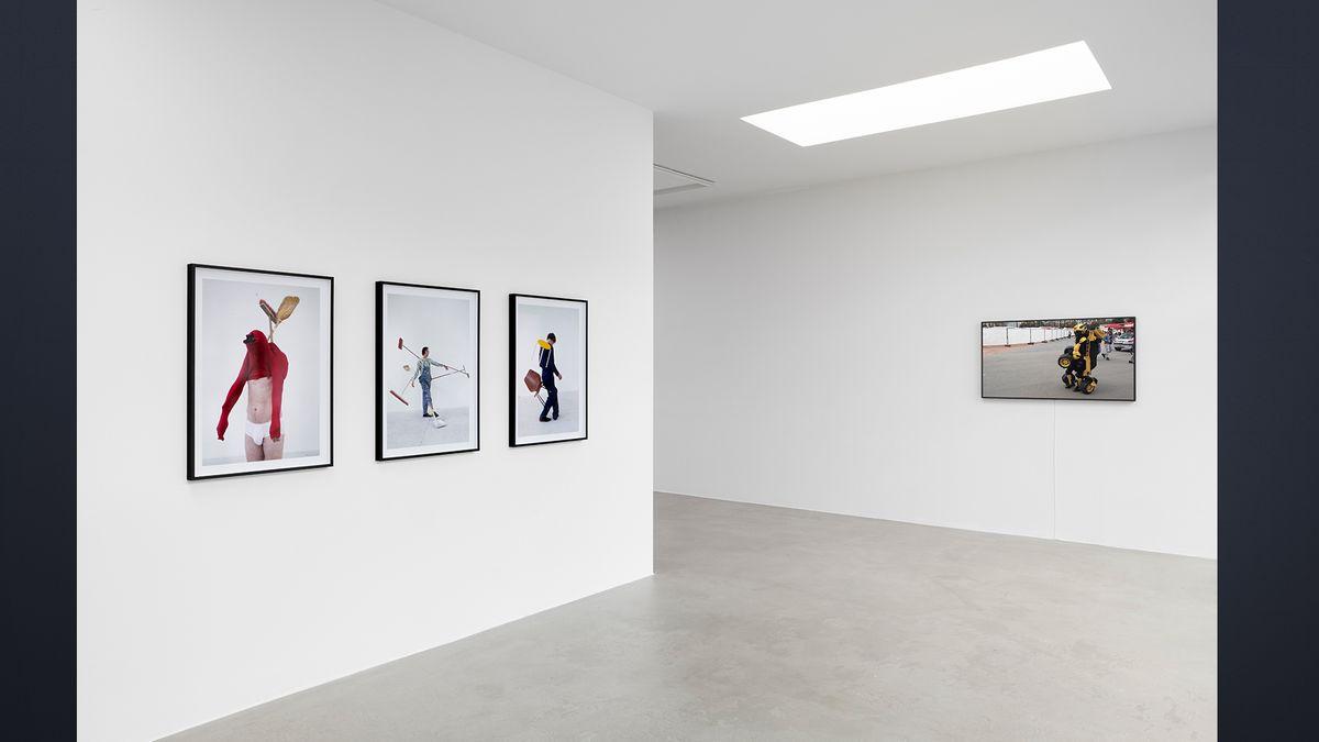 Wand mit drei quadratischen Fotos von Eidinger als Wurm-Skulptur