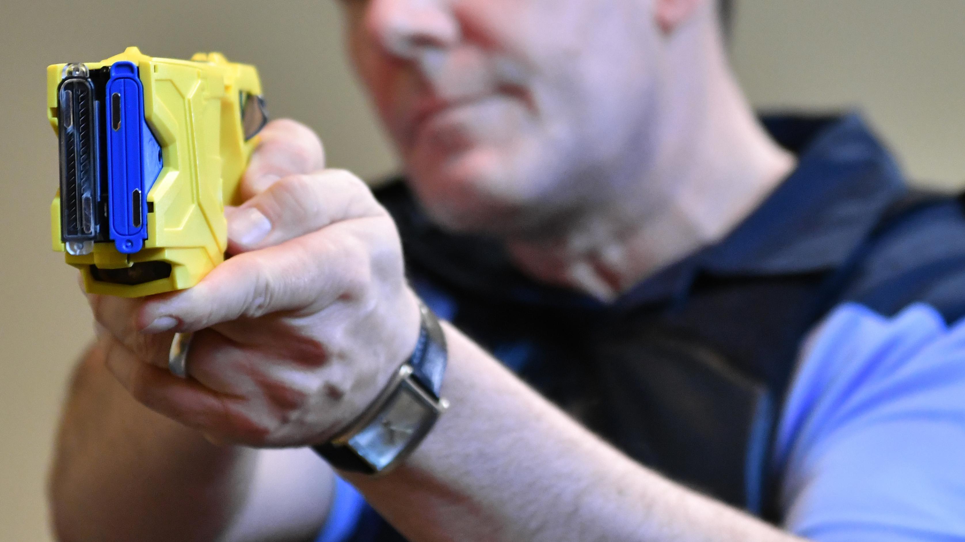 Polizeibeamter bringt Taser in Anschlag