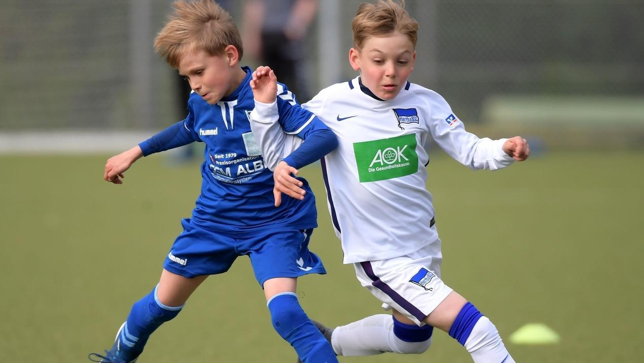 Duell zweier U9 Spieler in Berlin: Die Vereine holen schon sieben-, acht- und neunjährige Nachwuchstalente in die Leistungszentren