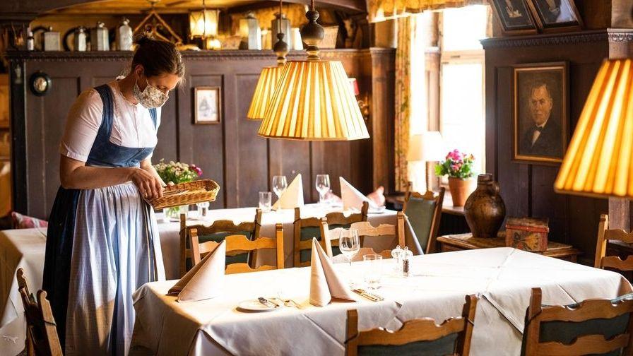 Frau deckt in einem Restaurant ein