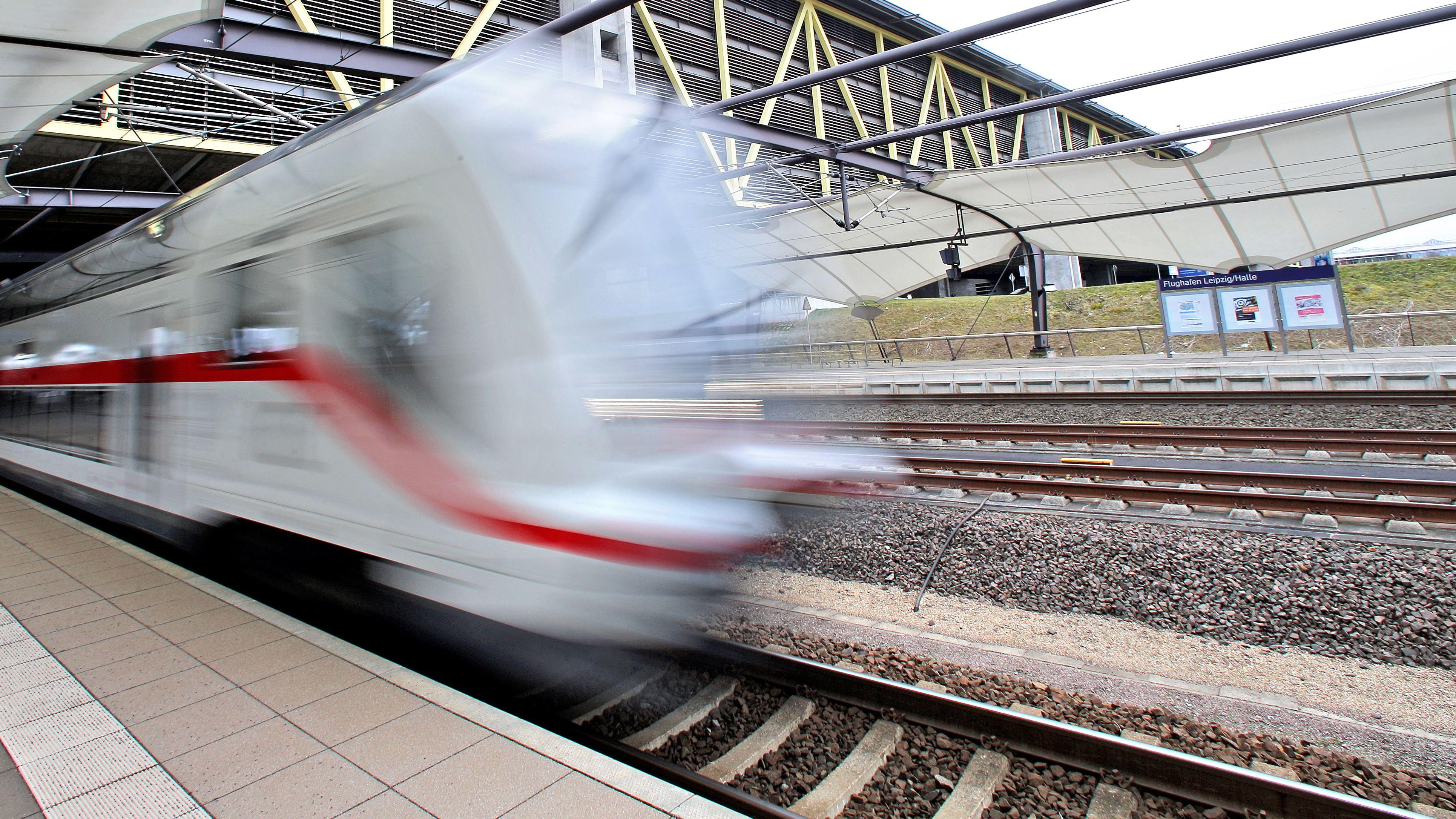 Symbolbild: ein IC verlässt einen Bahnhof